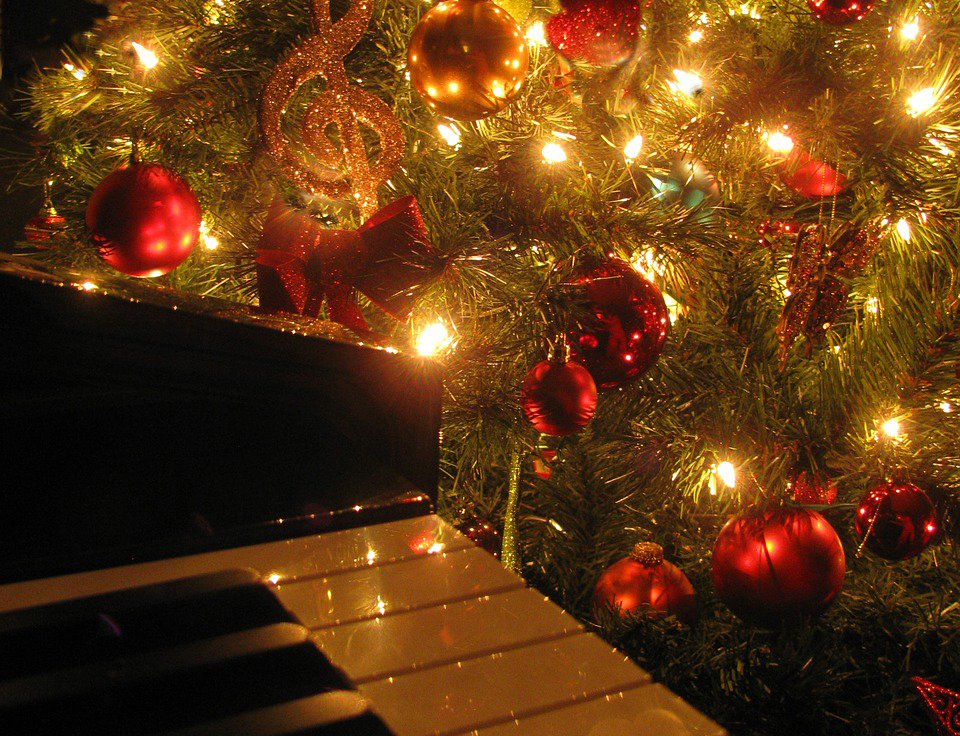 Новогодняя ёлка и пианино